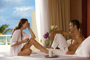 5 TIPS - HONEYMOON BREPC_Couple_On-Bed_1