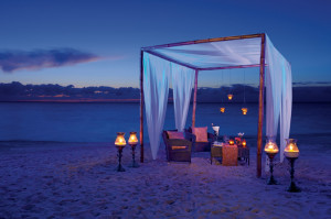 5 TIPS - HONEYMOON SECRC_RomanticDinner_3B
